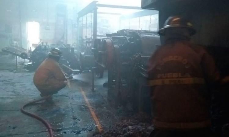 Bomberos sofocan incendio en bodega de colchones