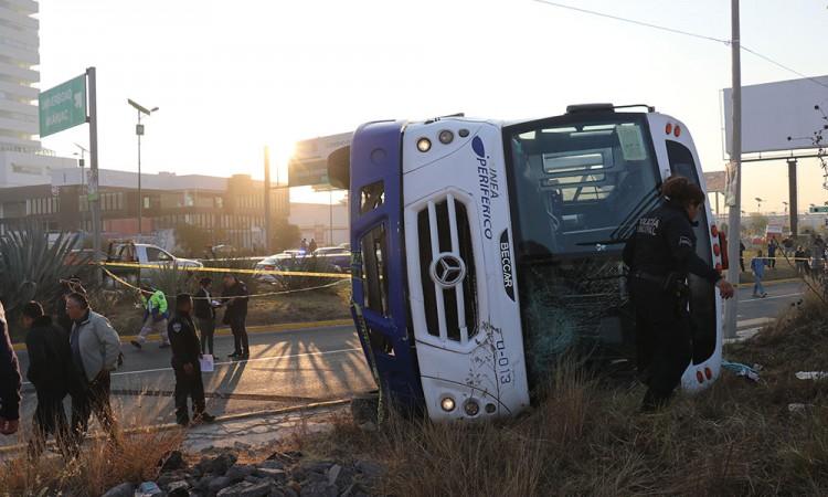 Autobús atropella a abue y después vuelca