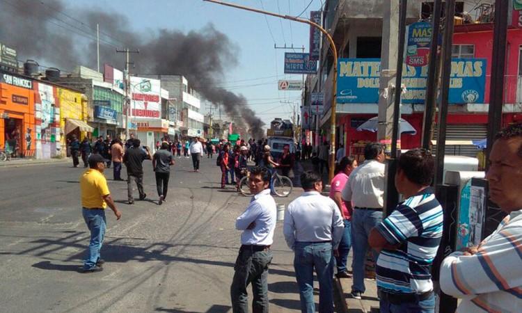 Queman vehículo y cierran carretera en San Francisco Totimehuacán
