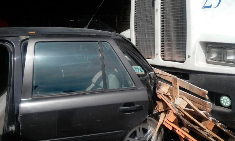 Provoca accidente tráiler mal estacionado