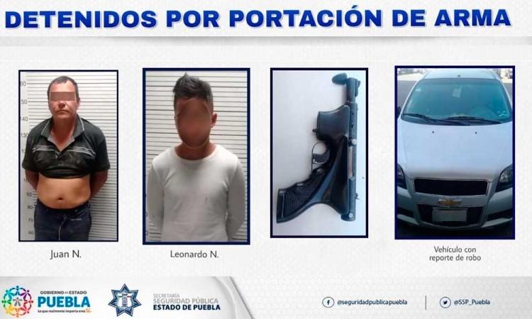 Capturan a dos sujetos armados que paseaban en vehículo robado