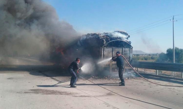 Incendia camión pesado sobre la Puebla-Orizaba
