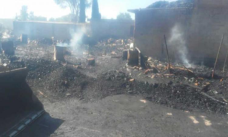 Consume incendio predio en San Luis Ajajalpan