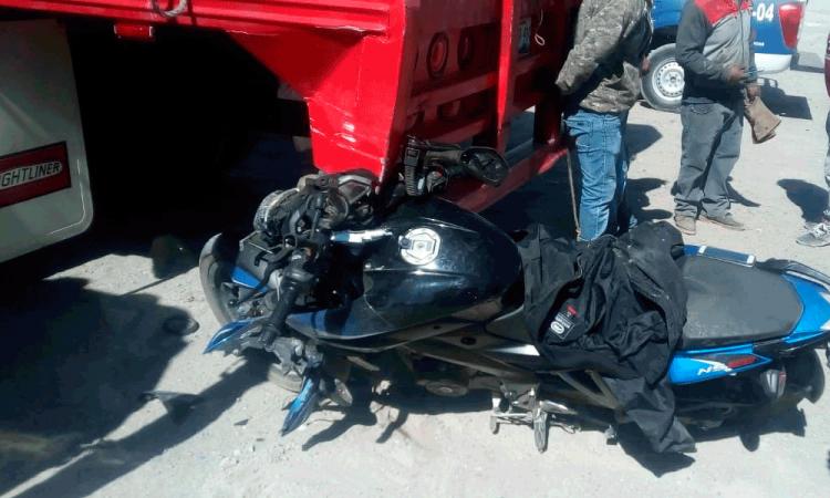 Motociclista debate vida tras salir derrapado