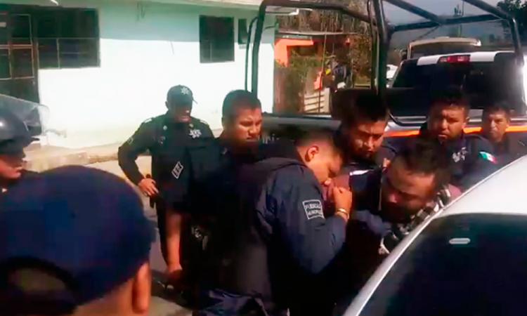 A mordidas, policía somete a infractor en Huauchinango