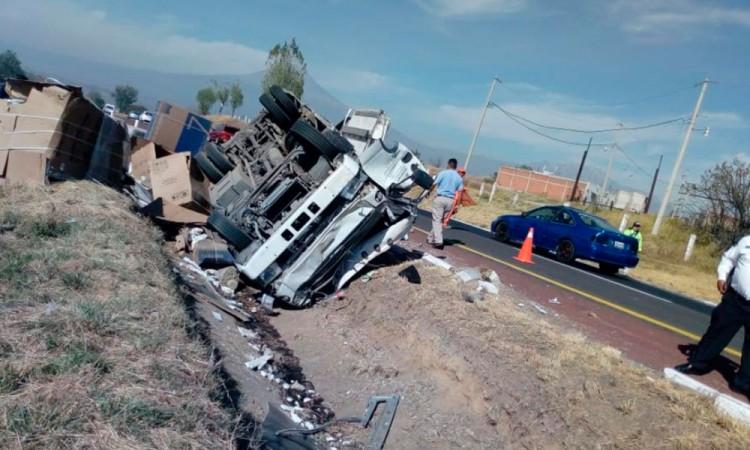Vuelca camión de carga Puebla- Atlixco