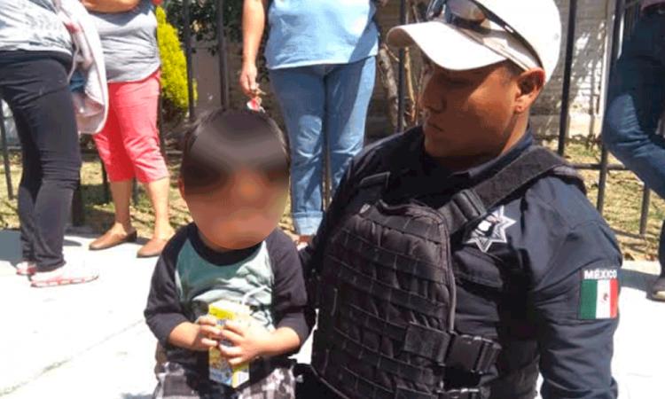 Policías ayudan a un niño a encontrar a su mamá