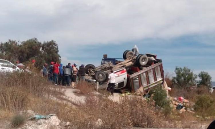 Vuelca camioneta de redilas en Tecamachalco; dos heridos graves