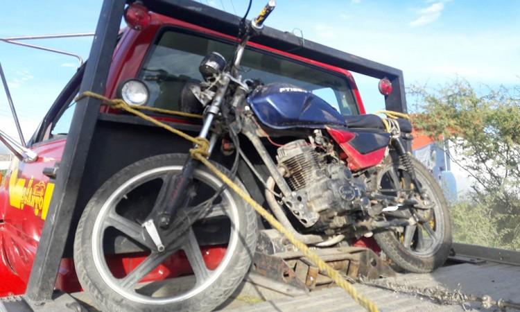 Auto impacta a motociclista, conductor está en el hospital