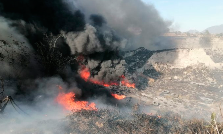 Militares sofocan incendio en campos de cultivo de Tepatlaxco