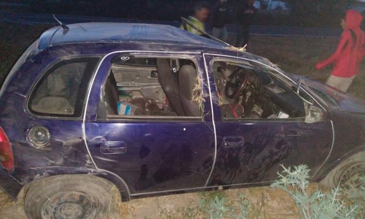 Abandonan vehículo tras volcar en Yehualtepec