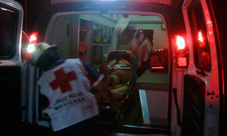 Ebrio se impacta contra autobús en la Teziutlán-Perote; 8 heridos