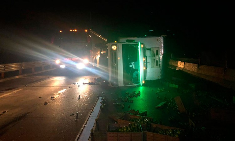 Por volantazo, vuelca camión de limones en la Puebla-Orizaba