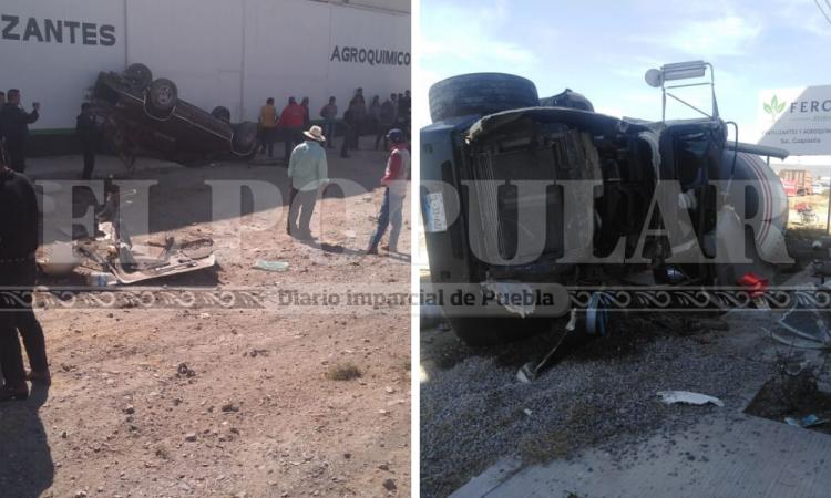 Revolvedora se lleva camioneta y terminan volcadas; 3 heridos