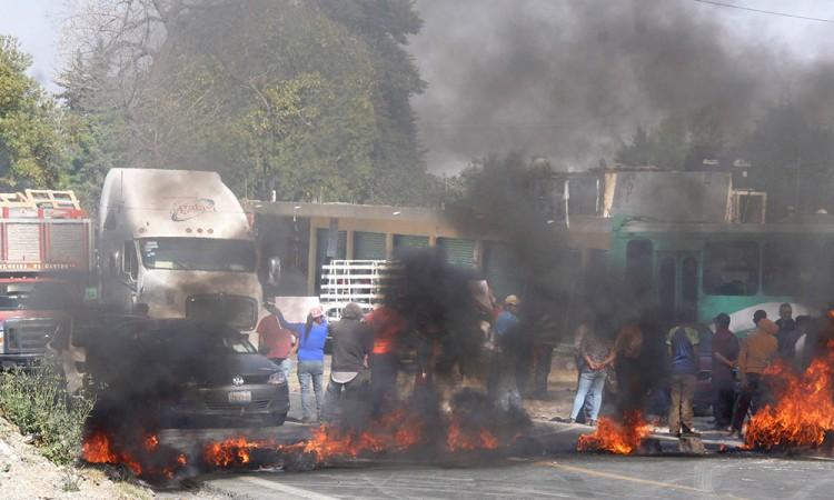 Piden libertad para madre al bloquear la México-Puebla