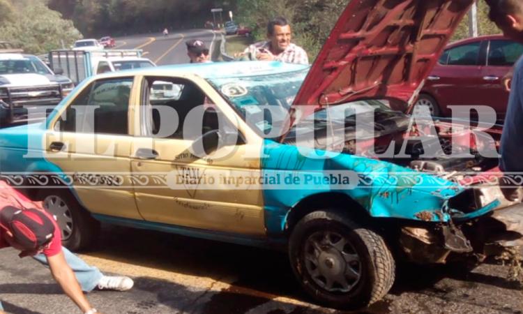Taxista se salva tras aparatosa volcadura en la México-Tuxpan