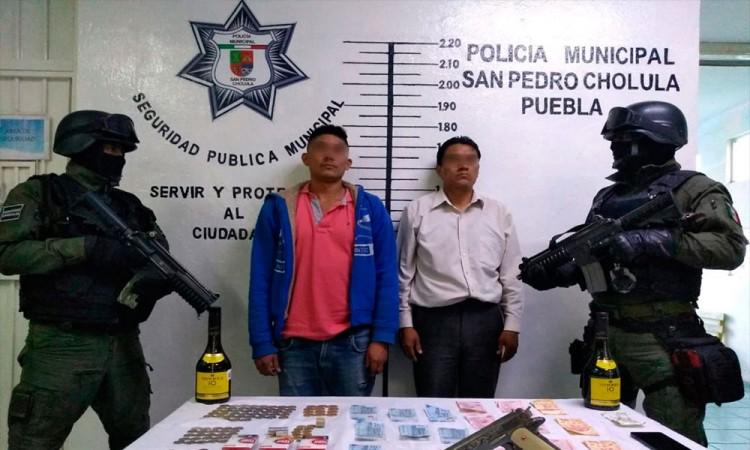 Policía de San Pedro Cholula aseguró a 2 presuntos asaltantes a tiendas de conveniencia