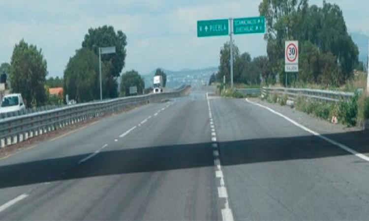 Pasajero lesionado por una roca en la Autopista Puebla Orizaba