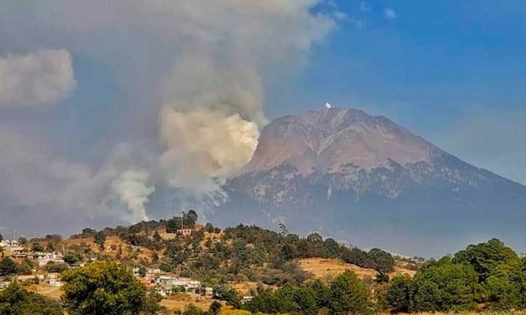 Mueren dos en incendio forestal en Atzitzintla