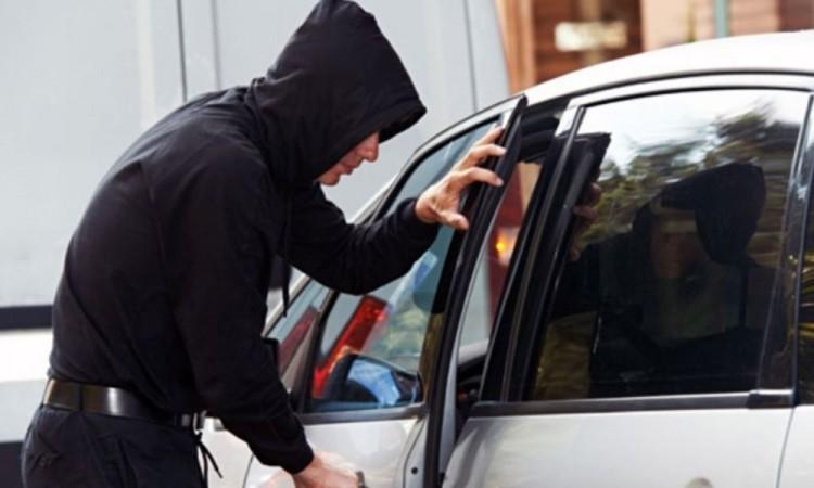 Detienen a pareja por robo de autopartes