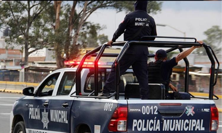 Policía de Tlacotepec de Juárez cae de la batea de una patrulla