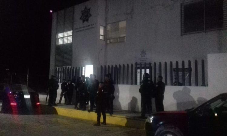 Elemento activo de policía en Amozoc, hiere a conductor de taxi tras discusión