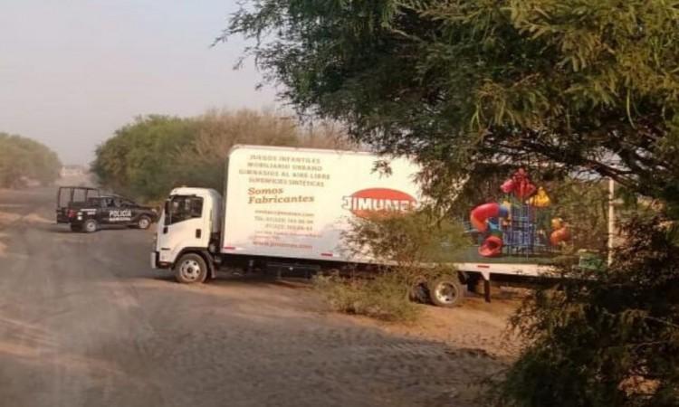 Frustran robo de camión cargado con juegos infantiles