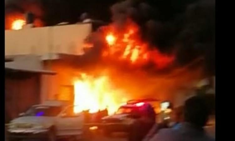 Se quema bodega en la Central de Abastos de Huixcolotla