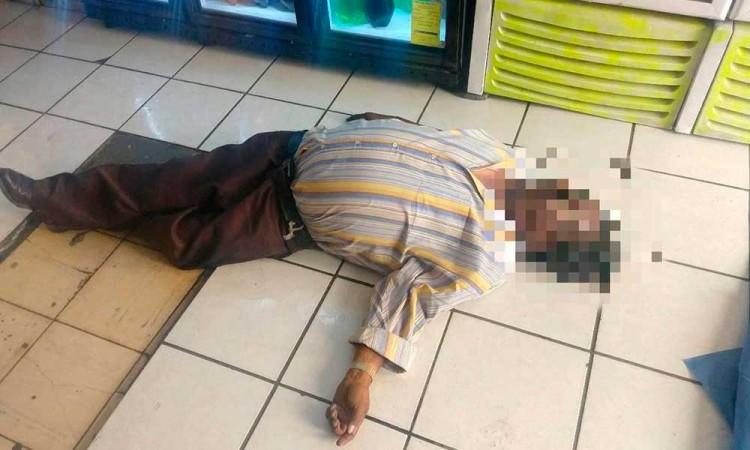 Muere chofer dentro de una tienda; temen que sea por COVID-19