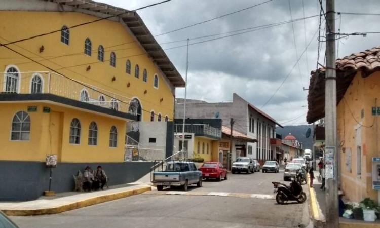 En fuerte operativo aseguran a presunto narcomenudista en Ahuazotepec
