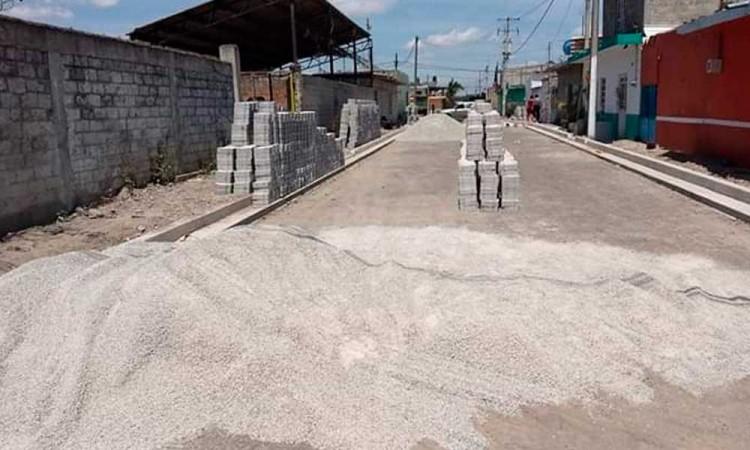 Habitantes de Tepeojuma se roban material de pavimentación
