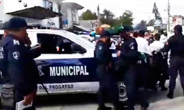 Agreden a policías por impedirlos ingresar a Cuetzalan