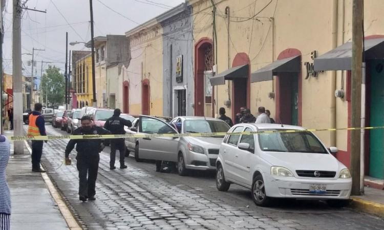 Asaltantes dejan a su víctima amarrada dentro de un auto en Atlixco