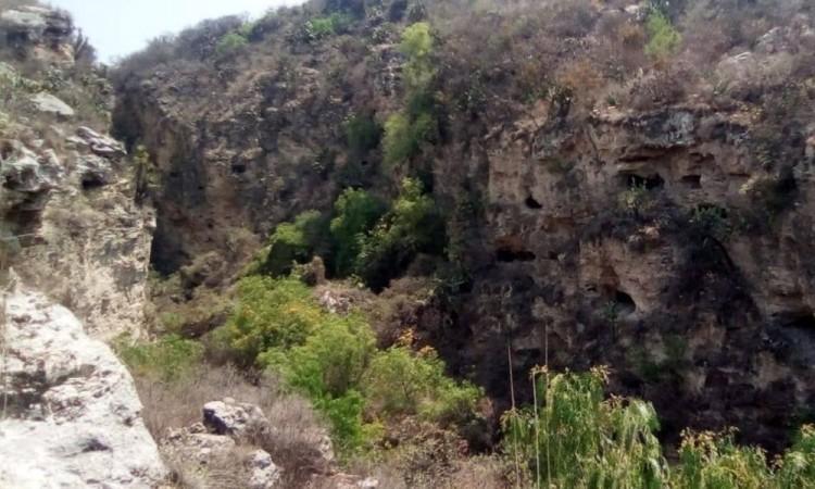 Encuentra restos humanos al fondo de una barranca en Tepeaca