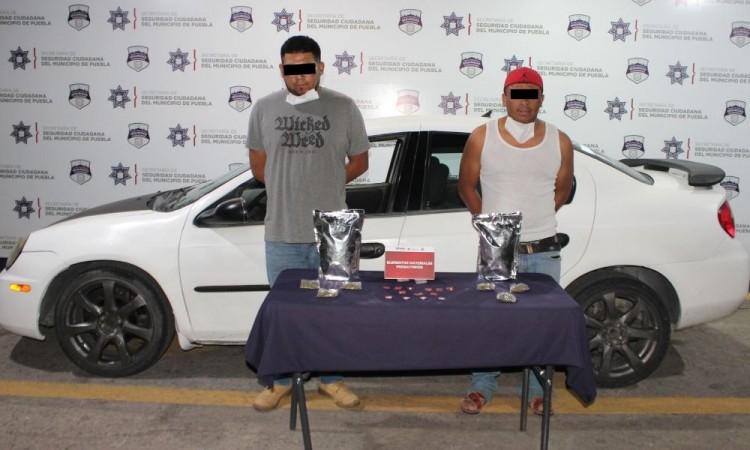 Aseguran 20 dosis de posible droga; dos hombres detenidos