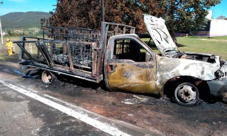 Huachicoleros escapan y prenden fuego a la camioneta en Ahuazotepec