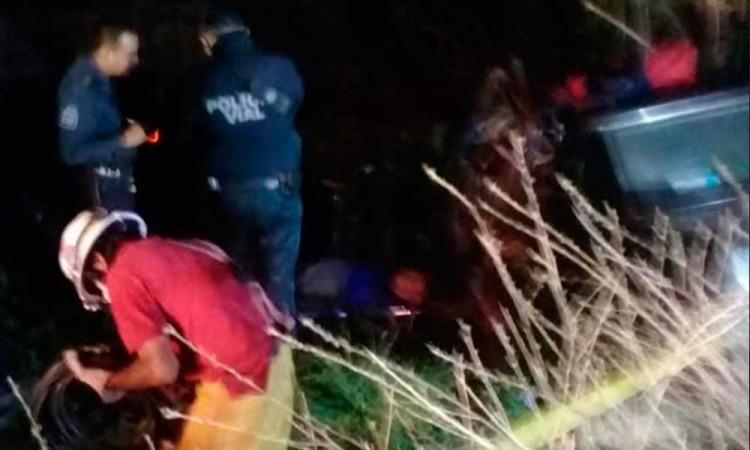 Conductor muere prensado en carretera de Tecamachalco