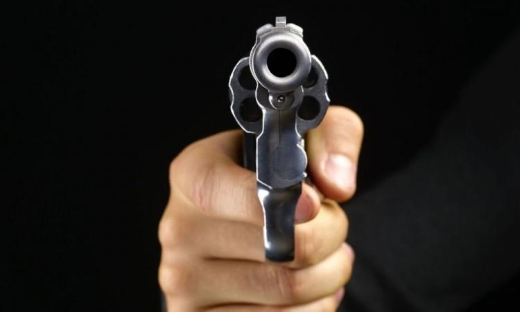 Uno de los sujetos lo amenazó con un arma de fuego.