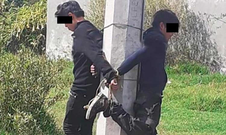 Detienen a dos menores por robo y los amarran a poste