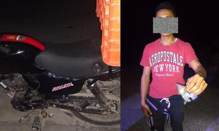 Detienen a motociclista por posesión de mariguana