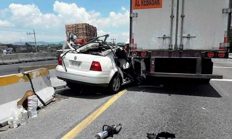Queda prensado conductor de Jetta en accidente vial de la Puebla-Córdoba