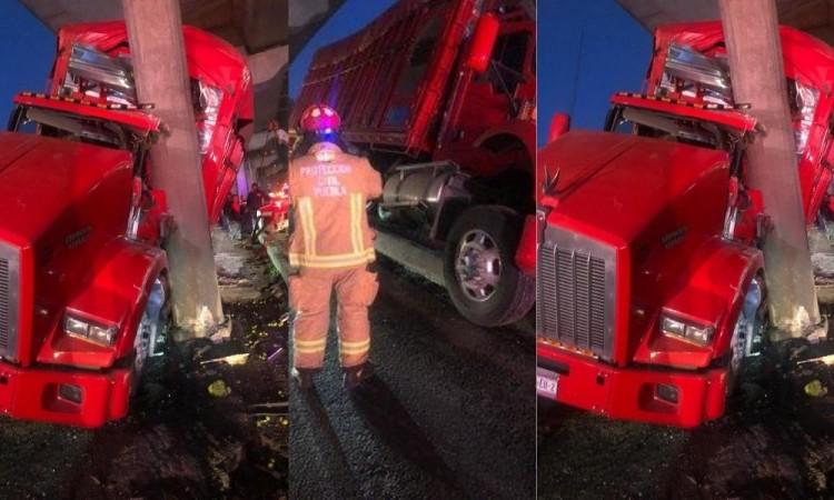 Choca camión contra puente peatonal en la autopista México-Puebla