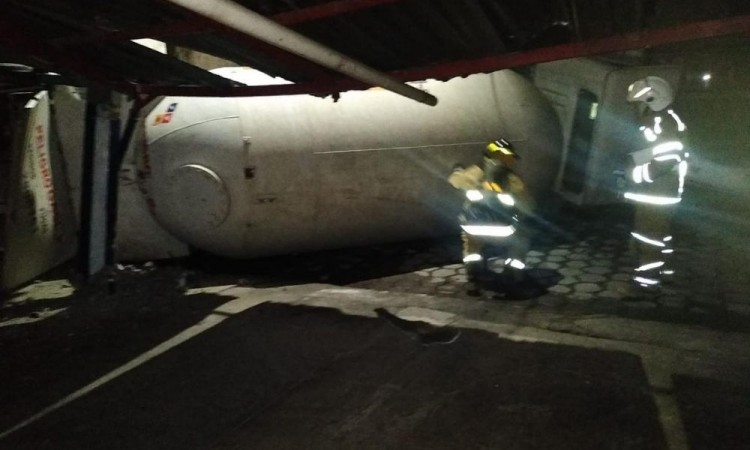 Reportan volcadura de pipa de Gas LP por presunta persecución en Tepeaca