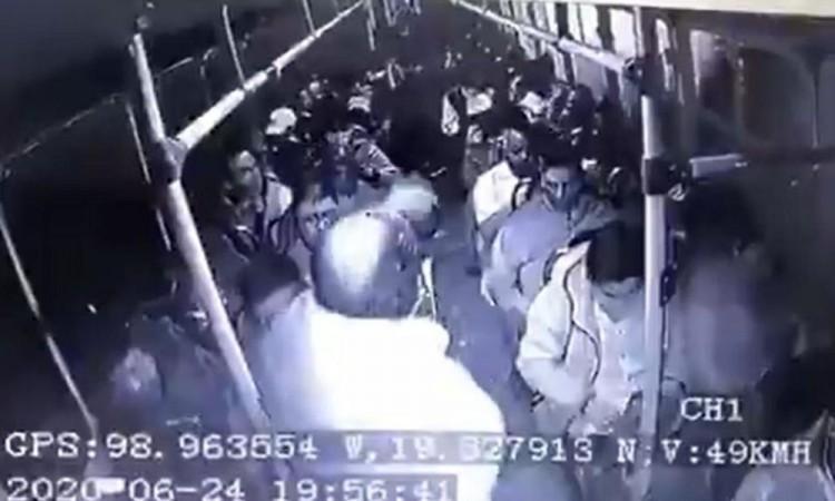 ¡Otro vídeo! Pasajero dispara contra sujetos en intento de asalto a camión en México – Puebla