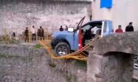 Tras huida, ladrones se estrellan contra aljibe en Acajete