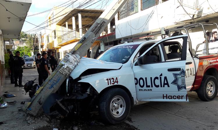 Patrulla de Policía Estatal impacta contra poste en Izúcar