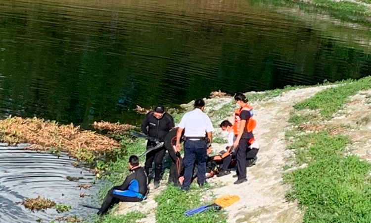 Cae auto con personas a laguna de Valsequillo, hay un muerto