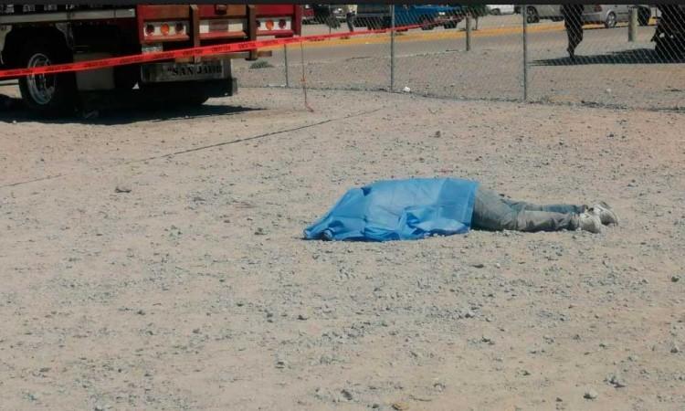 Matan a golpes a presunto ladrón de camioneta en Central de Abastos de Huixcolotla