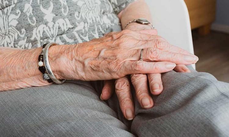 Mujer de 75 años cae en su domicilio y muere