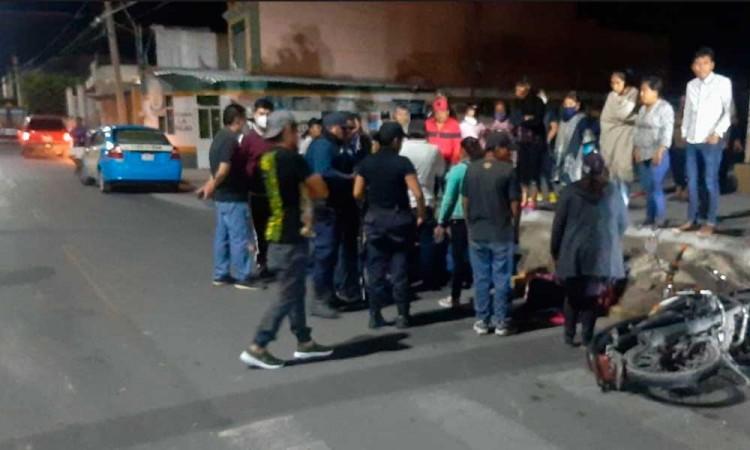 Moto choca contra auto en Huixcolotla; hay 3 lesionados